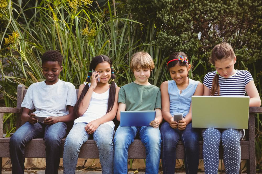 children-using-technologies-at-park
